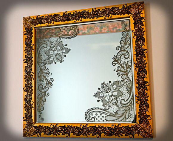 Espelho decorativo gravado à laser com desenho floral estilo renda. Moldura revestida em Imbuia também gravada à laser no mesmo estilo do espelho.