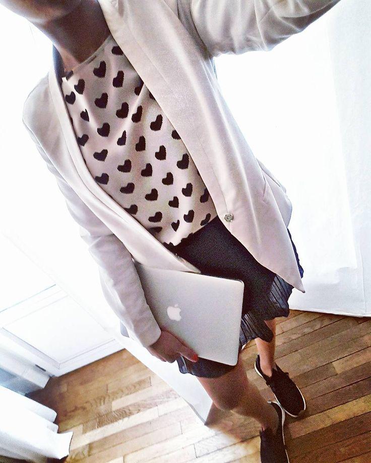 Work  Work . Blazer #newlook . Top hearts  #hm . Skirt #zara #new  Bon ce phénomène @Starbucks est sur tout les réseaux c'est affolant de voir autant de queue à chaque fois que quelque chose ouvre à Toulouse . #outfit #outfitwork #work #working #business #myoutfit #outfitoftheday #outfits #mylook #look #ootd #fashiongirl #fashionista #fblogger #fashionblogger #fashionpost #dailylook #igdaily #toulouse #girl #followme #fashiondiaries #igdaily #heart #picsart #girls belle journée  by…