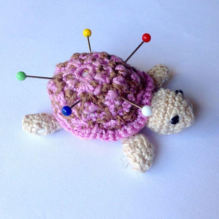 Tartaruga amigurumi puntaspilli, beige con guscio rosa e marrone, fatta a mano all'uncinetto, by La piccola bottega della Creatività, 12,00 € su misshobby.com