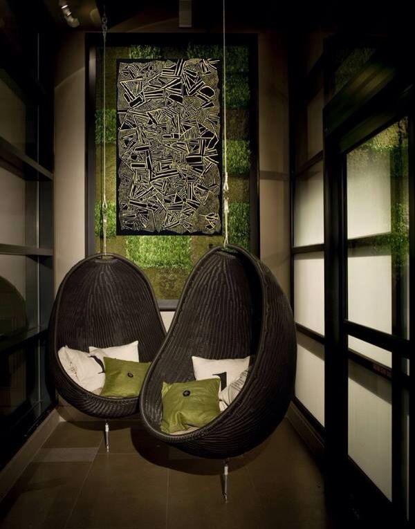 """Evergreen интерьер с качающимися креслами и работой Саввы """"OLD BOOK""""."""