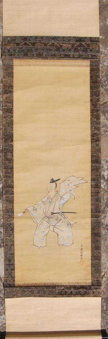 Pintura sobre seda de actor de teatro japonés Noh. Está datada en la primera mitad del siglo XIX, todavía en pleno periodo Edo. La montura seguramente fue sustituida en época posterior. Tiene la firma y sello de Kano Eitoku, famoso pintor de la escuela Kano-ha de la que toma nombre. La antigua escuela Kano-ha fue fundada por Kano Masanobu en el siglo XIV durante el periodo Muromachi y continuó hasta el periodo Meiji a finales del siglo XIX. Medidas del Kakemono: 164,5x46 cm. De Carlos…