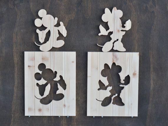 Conjunto hecho a mano hermoso de 2 recortes de silueta de Mickey Mouse y Minnie Mouse. Estos son 12 x 15 cada uno y son de pino macizo de 3/4 a mano. Absolutamente ninguna madera se utiliza para garantizar un aspecto uniforme a todas las superficies expuestas.  Los bordes exteriores están a dar una sutil redondez suave borde a ellos. Se cortan de pino pegado borde con ranurado enrutado adicional para acentuar aún más las piezas y su patrón de grano. Se cortan individualmente con una aten...