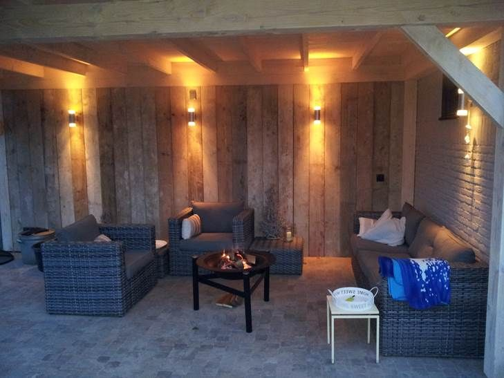 Tuinkamer met verlichting en loungeset. www.bronkhorstbuitenleven.nl