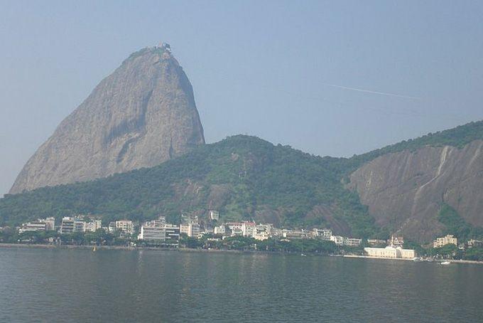 48 Stunden in Rio de Janeiro: Nach knapp 12 Stunden Flug kommen wir müde und etwas erschöpft in Rio de Janeiro an. Doch die Sonne in Rio geht gerade erst auf und ein neuer Tag bricht an. Mit einem Mal sind wir hellwach und an Schlaf ist nicht zu denken.