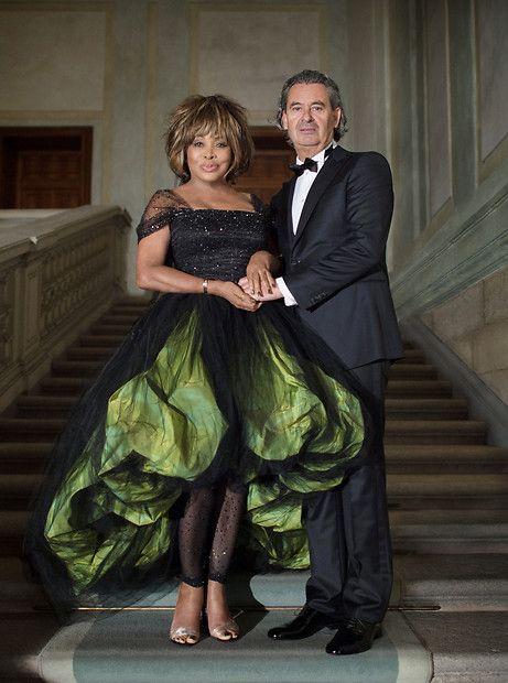 Tina siempre ha sido no convencional, su vestido de novia también - Tina Turner (in Armani) und Erwin Bach geben sich nach mehr als 25 Jahren Beziehung am Zürichsee das Ja-Wort