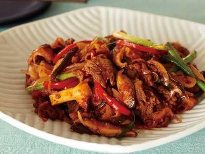 コウ ケンテツ さんの牛切り落とし肉を使った「プルコギ」。肉とたっぷり野菜を甘辛味で炒め煮にした韓国料理の定番です。韓国でプルは「火」、コギは「肉」という意味なんですよ。 NHK「きょうの料理」で放送された料理レシピや献立が満載。