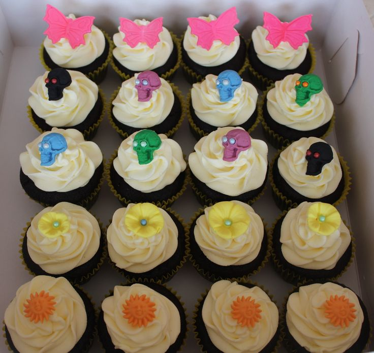 Skulls, butterflies, flowers and suns on chocolate cupcakes