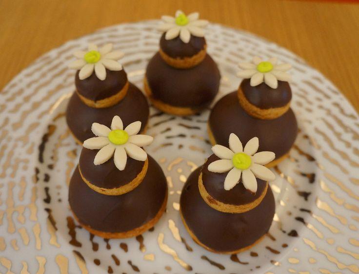 Le chef pâtissier Jonathan Blot a réalisé pour nous sa recette de la religieuse au chocolat en vidéo. Une recette gourmande et traditionnelle à savourer à l'heure du goûter ou du dessert !