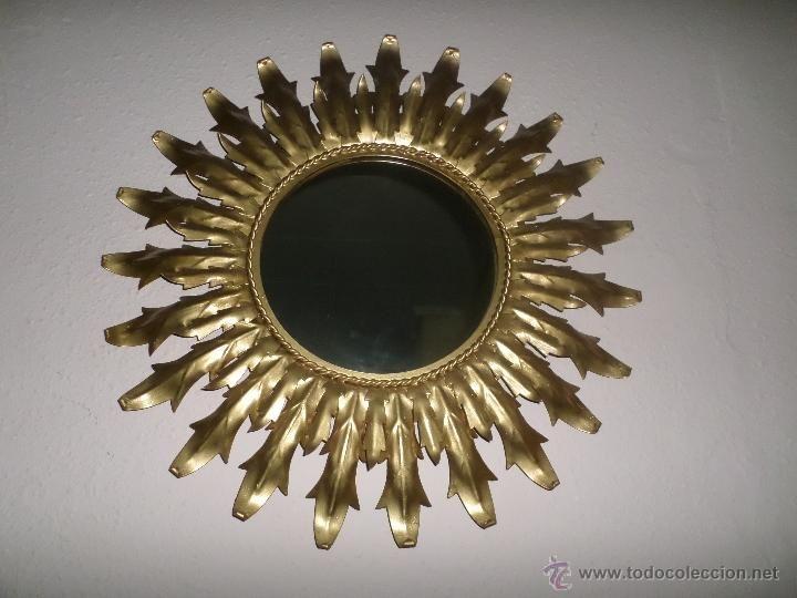 Vendo espejo de pared, tipo sol, vintage. Posiblemente años 50-70. Metal. Medidas diametro exterior 65 cm, diametro de espejo 28 cm, 50 €