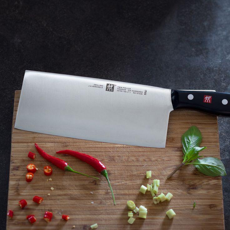 Für den coolsten Bruder der Welt! Das chinesische Kochmesser TWIN Pollux von Zwilling überzeugt mit bester Schnitthaltigkeit und ergonomischer Formgestaltung.  Das Messer mit seiner auffälligen Klinge ist das klassische Allroundmesser der chinesischen Küche. Die große, rechteckige und 18 cm lange Klinge eignet sich perfekt zum Schneiden größerer Stücke Fleisch, Fisch oder Gemüse.