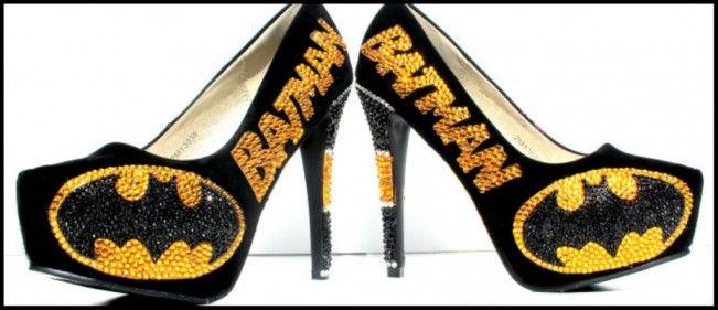 Découvrez une paire de chaussures à talons Batman incrustée de cristaux Swarovski.