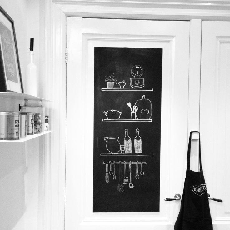 keuken - Op de deur van de keuken heb ik een krijtbord gemaakt.rnDe afbeelding verander ik om de paar maand. Inspiratie hiervoor haal ik van Pinterest.