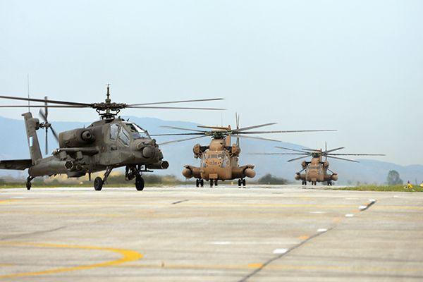 """Επιθετικό ελικόπτερο AH-64 της Αεροπορίας Στρατού και ισραηλινά μεταφορικά ελικόπτερα CH-53 κατά την άσκηση """"White and Blue Sky"""" (μέσω iaf.org.il)   A hellenic AH-64 attack helicopter and two israeli CH-53 transport helicopters during exercise """"White and Blue Sky"""" (via iaf.org.il)."""