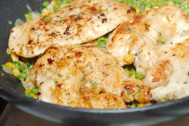 Balzsamecetes csirke zöldségkörettel recept: Ízletes csirkemell recept, melyet pillanatok alatt elkészíthetünk. Köretként rendkívül jól passzol hozzá a vajon pirított zöldborsó és kukorica.