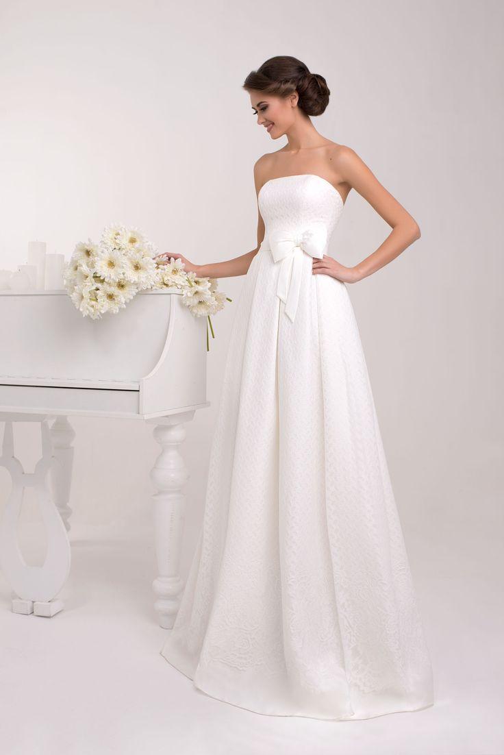 Jednoduché svadobné šaty bez ramienok zdobené mašľou