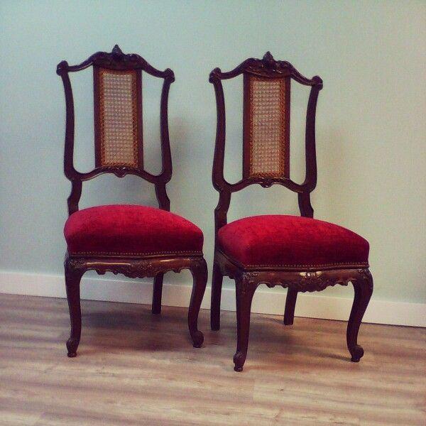 Sillas clasicas rematadas con tachas sillas tapizadas for Sillas con apoyabrazos tapizadas