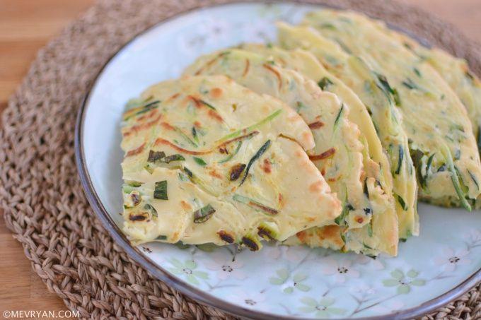 Recept Chinese ei pannenkoek met courgette en lente-ui (蛋饼) © mevryan.com #Chinees #recept #koken #ontbijt #vegetarisch #lactosevrij #pannenkoek