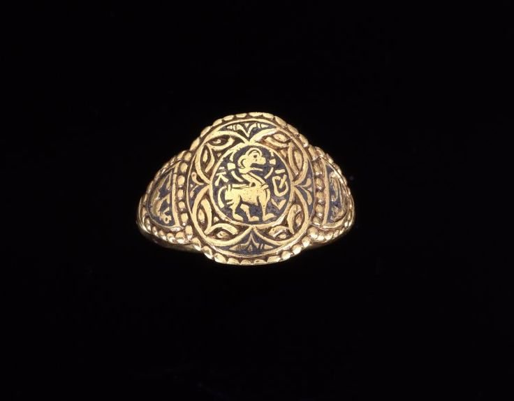 Gold finger-ring that belonged to Æthelswith (855-889), the queen of Mercia, daughter of Æthelwulf, and sister of Alfred the Great. The ring was found in 1991 when a farmer was plowing in Northeastern England. Inscription inside: + EA⃒ÐELSVIÐ⃒REGNA (Queen Æthelswith). Probably 853-874 CE. Aberford, West Yorkshire. British Museum.