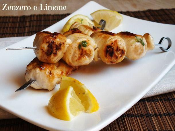 Questi spiedini di pollo sono un secondo piatto molto semplice reso goloso dalla marinatura a base di zenzero e limone. Poche mosse per un piatto ottimo!