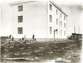 Henkilökunnan asuinrakennus Vesilaitoksen henkilökunnalle rakennettiin oma asuinrakennus sekä piharakennus Halistentien itäpuolelle, vanhaa päärakennusta vastapäätä. Rakennus valmistui syksyllä 1922 ja osa asukkaista muutti taloon heti. Kolmikerroksisessa rakennuksessa oli yhdeksän huoneistoa sekä yhteisessä käytössä olleet sauna, pyykkitupa, mankelihuone, kellarit ja halkovajat.