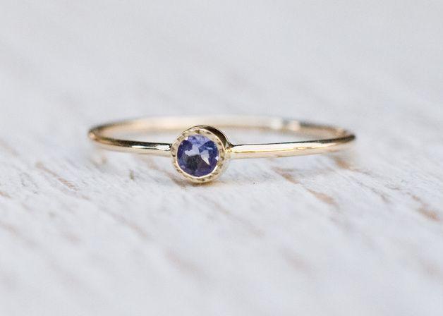 Pierścionek złoty z naturalnym  lśniącym na fioletowo i niebiesko tanzanitem.   Tanzanit jest kamieniem naturalnym.  Z tyłu pierścionka wycięte serce-znak Miłości. Idealny jako pierścionek...