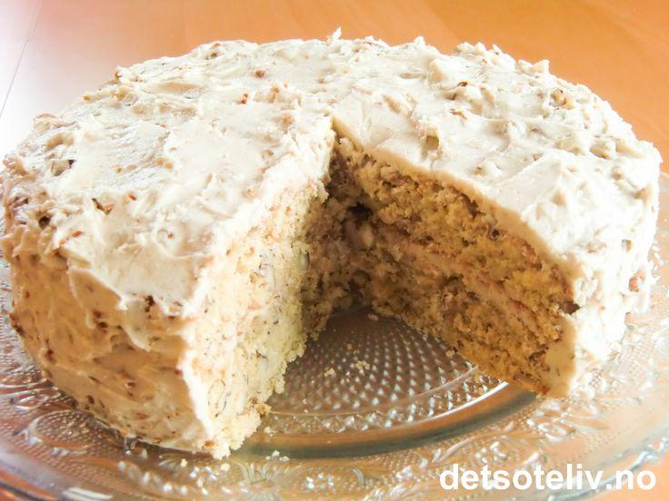 """Her har du en HIMMELSK amerikansk kake! Skal jeg være ærlig, hadde jeg faktisk aldri drømt om at denne kaken skulle bli så god da jeg leste oppskriften og tenkte at jeg ville prøve den ut. Men så viste det seg å bli full klaff!!! Som du hører av navnet er kaken laget med amerikansk """"maple syrup"""" (lønnesirup) og hakkede hasselnøtter. Kaken blir myk og fylles med herlig """"maple butter frosting"""". En sånn kake som man får mest lyst til å gjemme bort et hemmelig sted og smugspise helt alene;-)"""