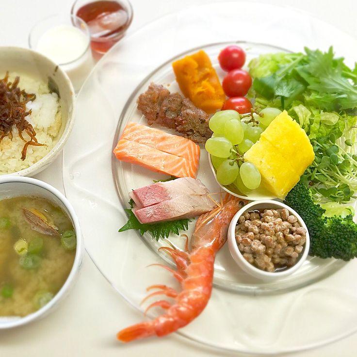 """Dr. Yumi Nishiyama's """"The Original Diet Plate"""" for beauty & health from japanese doctor‼️  Clockwise eating healthy foods from 12 o'clock on a large plate❣️  2016年4月12日の「ドクターにしやま由美式時計回り食べダイエットプレート」:女性医師が栄養バランスを考えた、美味しいプレートのご紹介。  大きめのプレートに、血糖値を急激に上げないように考えた食材を並べ、12時の位置から順番に食べるとても分かり易い方法です。  血糖値を上げないこの食べ方は、身体に優しく栄養補給ができるので健康を維持できます。オリジナルの⭐️西山酵素⭐️も最後に飲みます。  ⭐️美女のスイッチ⭐️⭐️時計周りに食べなさい⭐️の西山由美医師の本もAmazonで購入可。  http://www.momohime-medical.com  #ダイエットプレート #dietplate #にしやま由美がセミナーも開催 #食べて痩せるプレート…"""
