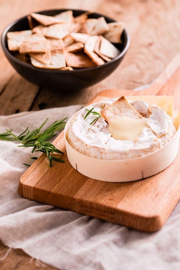 Fondue van camembert met wrapdips, door de oven smelt de camembert en krijg je een mini fondue. Je kunt er in dippen met de wrapdips en als hapje serveren op je verjaardag.