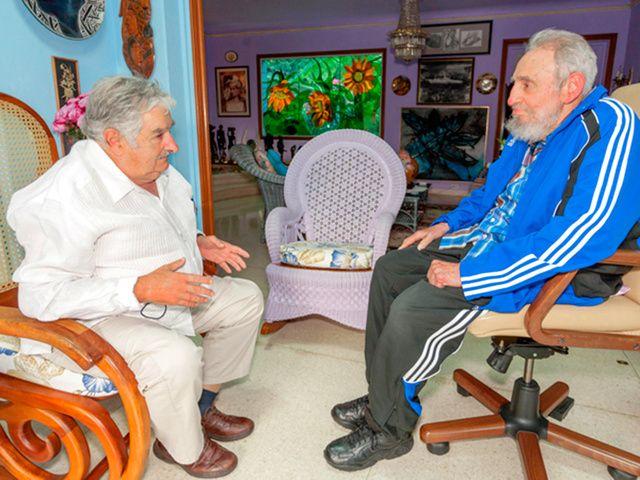 キューバの首都ハバナで、ウルグアイのムヒカ大統領(左)と会談するキューバのフィデル・カストロ前国家評議会議長=ロイター