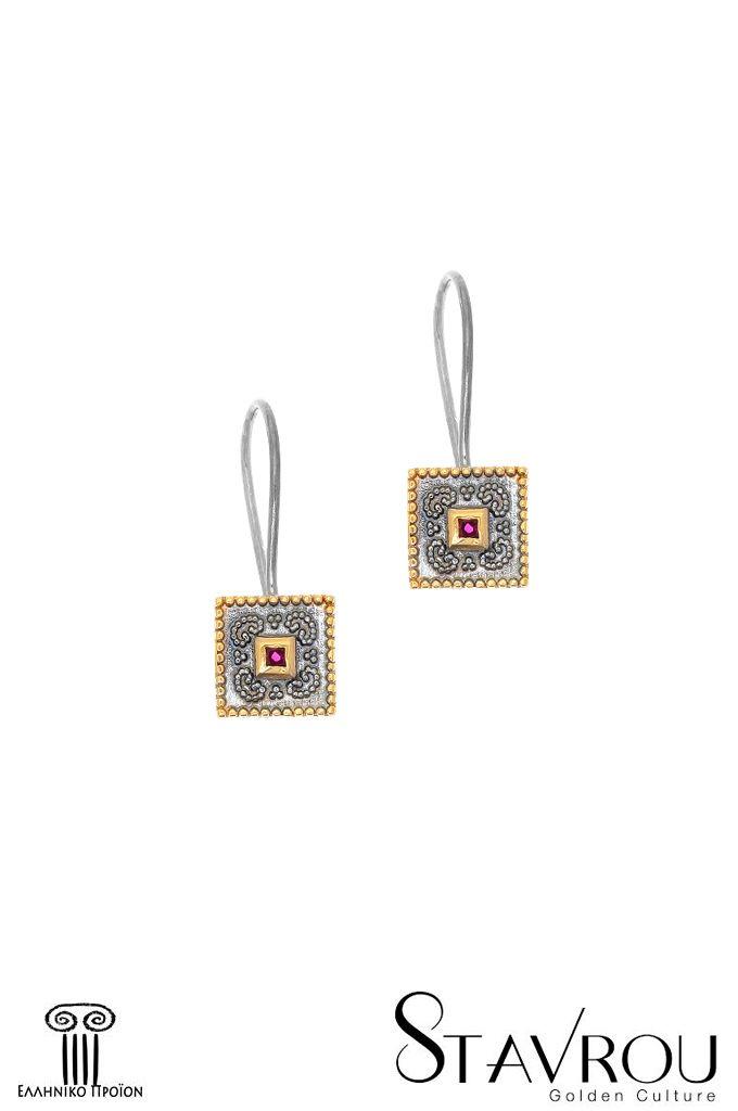Ασημένια925' χειροποίηταγυναικείακρεμαστά σκουλαρίκια, εμπνευσμένααπό βυζαντινά κοσμήματα, επιχρυσωμένακαι επιροδιωμένα με συνθετικό ρουμπίνι κοπής carée Διαστάσεις θέματος: 9,50 x 9,50 mm Συνολικό ύψος σκουλαρικιού : 26 mm  #σκουλαρίκια #ασημένια_σκουλαρίκια #κοσμήματα #χειροποίητα_κοσμήματα #βυζαντινά_κοσμήματα #κοσμήματα_χαλάνδρι
