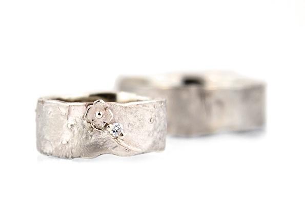 Resultaat: trouwringen in 18kt naturel wit goud, damesring met fleurig detail en briljant.