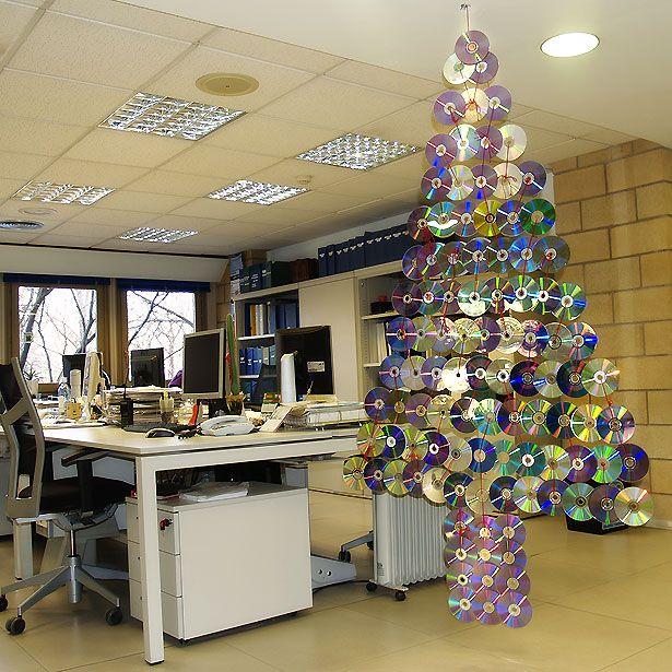 Gran rbol de navidad con cds adornos navide os - Ideas adornos navidenos ...