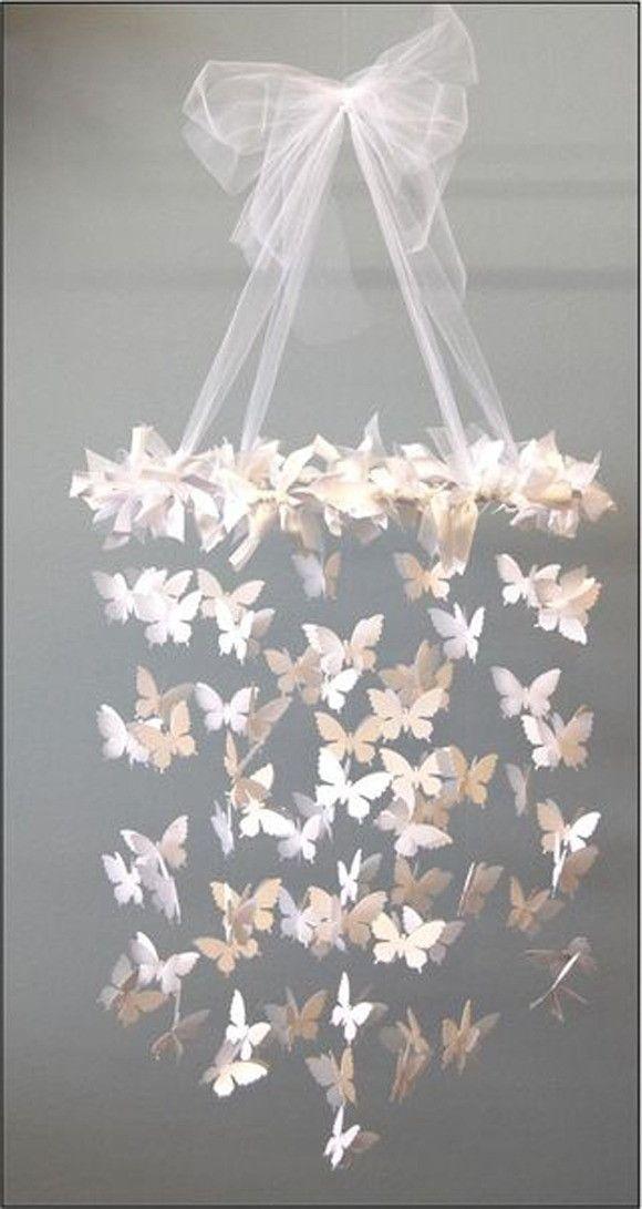 Móbile infantil de borboletas em papel especial <br>- Papel vergê gramatura 120 gramas <br>- 148 borboletas de 6 cm <br>- Aro de 30 cm de diâmetro encapado com laços de cetim branco <br>- Medidas: 30 x 70 de comprimento (do laço até a última borboleta) <br> <br>ATENÇÃO: Este móbile é para ser pendurado no teto. Vem com um fio de nylon no laço de tule, com 2 graduações. <br>Para pendurar no mosquiteiro do berço é necessário diminuir os laços de tule, e diminuir o comprimento. <br> <br>OBS…