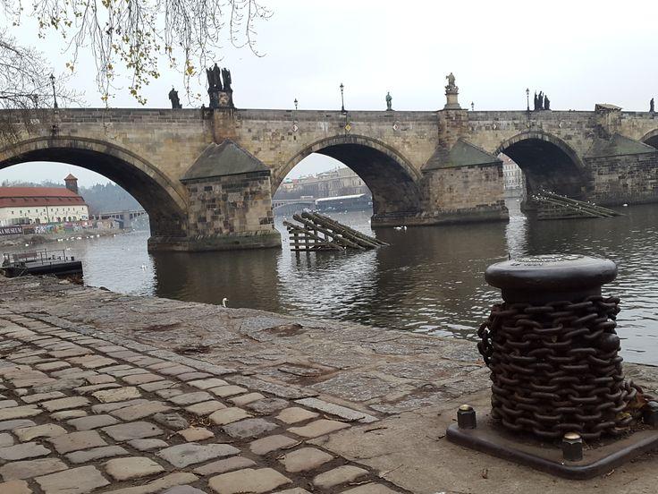 Nábřeží pod Karlovým mostem