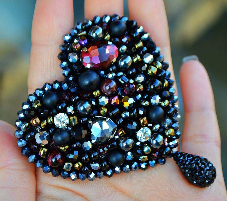 Брошь - сердце из натуральных камней, хрусталя и бисера. Авторская работа https://www.instagram.com/marina____nikitina/