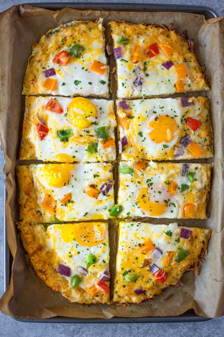 Eggs, cheese and veggies baked on a Simply Potatoes®Hash Browns crust. This tasty twist on pizza is sure to brighten up your breakfast or brunch. What better way to wake up than to a breakfast pi…