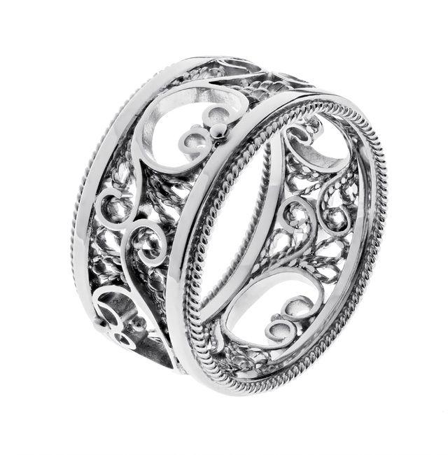Filigraani III   Keveän ilmava filigraanitekniikalla valmistettu näyttävä vihkisormus, jossa tekniikalle ominainen rosoisen pitsimäinen lankakuviointi on saanut parikseen kiiltävää pintaa.   Materiaalit: 750-valkokulta   http://www.hannakorhonen.fi/filigraaniiii/   White gold 750   #HannaK #rings #wedding #jewelry #filigree