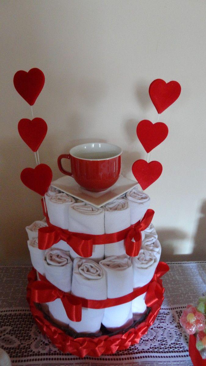 Linda e delicada opção para o seu chá de panela. No bolo vão em media 25 unidades de pano de prato (sem crochê) com a xícara+o pires ou temos a outra opção com 4 colheres de pau. * Com as colheres de pau mais os panos lisos sai por R$ 180,00. OBS.: A xícara e o pires acompanham sim o bolo de pano...