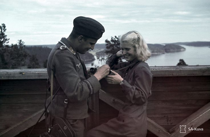 Kuva Lahdenpohjan ilmavalvontatornista. Saksalainen pk-mies ja suomalainen Lotta. Lahdenpohja 1942.07.11 German PK, Propaganda-Kompanie-man and Finnish Air Surveillance Lotta Ellen Kiuru at Lahdenpohja control tower in July 1942. SA-Kuva