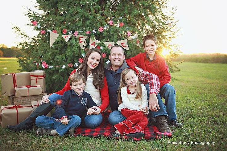 Outdoor Christmas Tree Family Shoot.