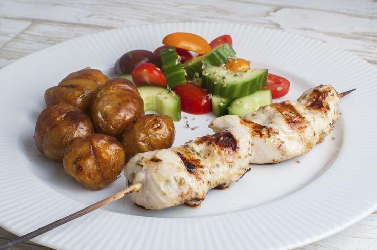 Lynmarinerede og grillede kyllingspyd med de lækreste ovnbagte kartofler og en hurtig tomat- og agurkesalat. Gode til børn.