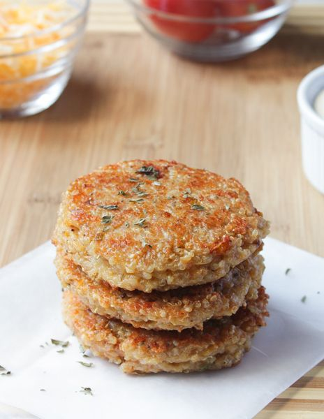 These Sun-dried Tomato and Mozzarella Quinoa Burgers are delicious burgers that are filling, full of flavour and easy to make gluten free and vegan! via http://jessicainthekitchen.com