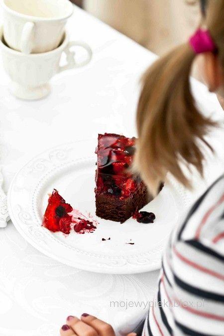 Ciasto czekoladowe z owocami i galaretką