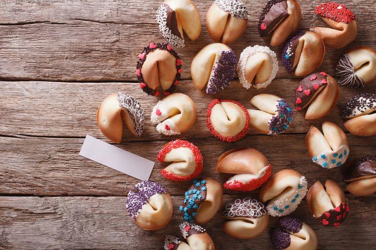 Wist je dat fortune cookies (in het Nederlands gelukskoekjes) traditioneel gegeten worden met Chinees nieuwjaar? In die tijd van het jaar wordt dit lekkere en vooral simpele gelukskoekje door vrijwel heel Azië gegeten.  Ja, je leest het goed: ze zijn super simpel om zelf te maken. En wedden dat je de meeste ingrediënten al in huis hebt? Alleen het vouwen is even een klusje, maar na het zien van dit filmpje moet dit ook geen probleem meer zijn! Zo vouw je zelf fortune cookies met een…