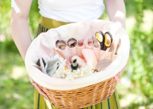 DIY bicycle picnic basket liner has pockets for utensils. #bikepicnic #velojoy