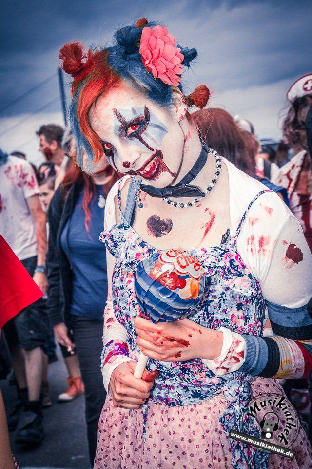 Die 23 coolsten Halloween Kostüme. Eine tolle Idee für die diesjährige Halloween Party: als Zombie Clown mit Wunden im Gesicht. Süßes oder Saures? - gesehen auf dem Zombiewalk - Kostüm & Makeup einfach zum selber machen. Ein DIY Horror Halloween Outfit,