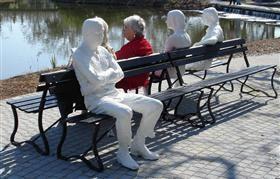 Tři postavy a čtyři lavičky - George Segal