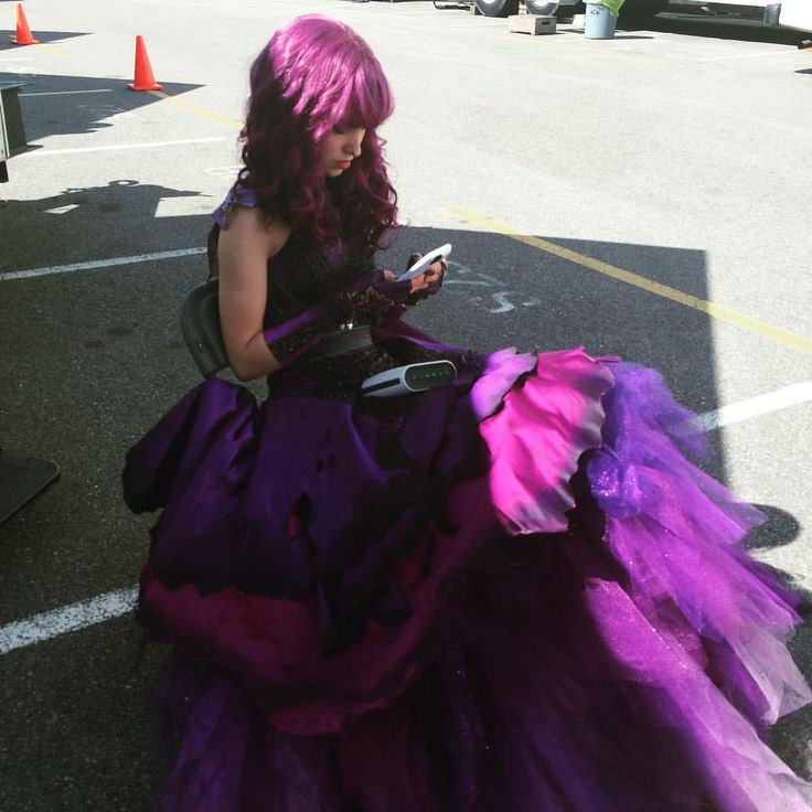 bonnie wallace vía Instagram: Mal is checking her phone between takes for #descendants2 updates. One more day!
