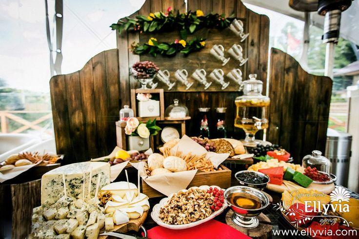 Сырный стол для свадебного ужина.