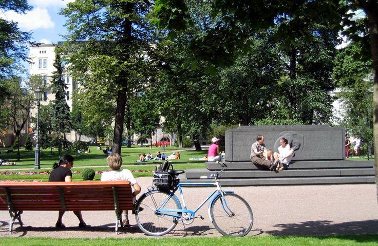 Vanhassa kirkkkopuistossa on hautamuistomerkki huhtikuussa 1918 Helsingin taisteluissa kaatuneille saksalaisille sotilaille [Mikko Uro]
